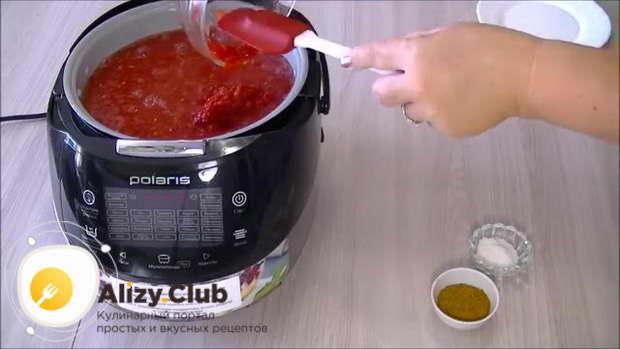Поверх томатной пасты выкладываем измельченный острый перец