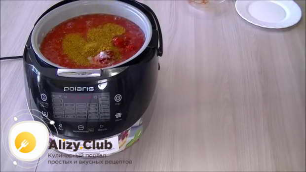 В отдельной миске смешиваем по 5-8 г свежемолотого черного перца, сушеного молотого чеснока
