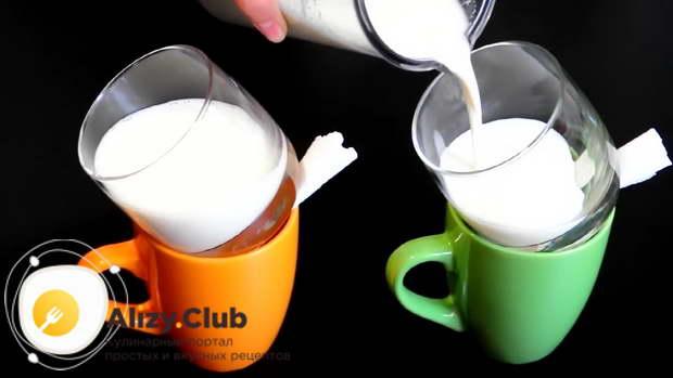 Разлить остывшую молочную массу в стаканы под наклоном