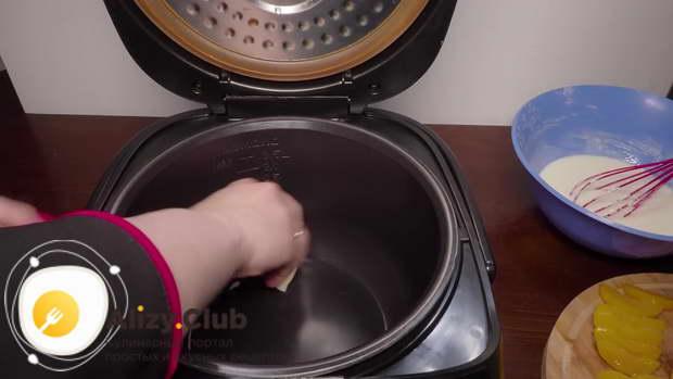 Чашу мультиварки смазываю изнутри оставшимся маслом