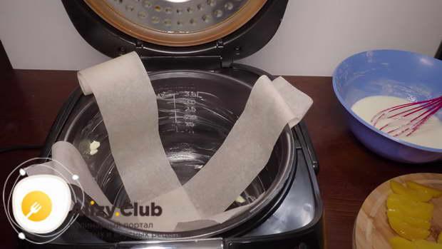 Две полоски пекарской бумаги помещаю в чашу крест-накрест