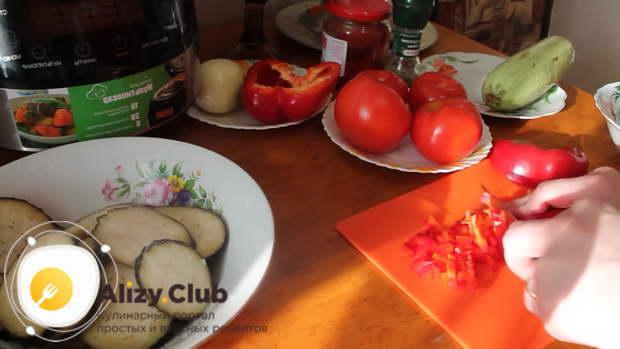 очистите и мелкими кубиками порежьте 100-120 г сладкого перца