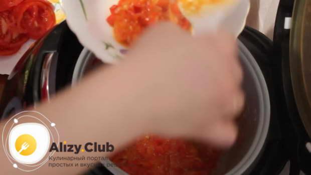Отложите половину соуса для рататуй в отдельную посуду