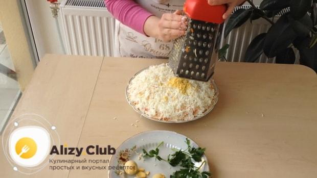 Для приготовления салата мимоза по классическому рецепту с сыром, натрите желток