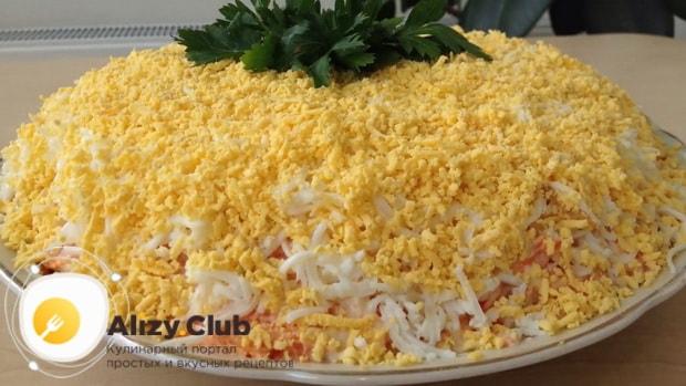 Для приготовления салата мимоза по классическому рецепту с сыром, отварите ингредиенты
