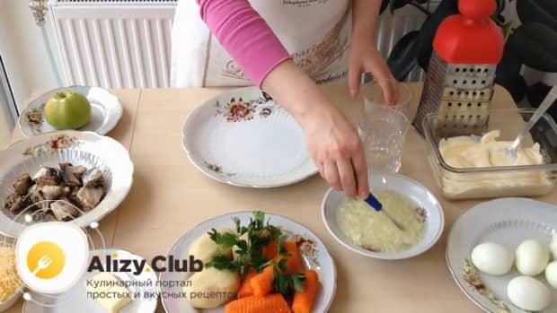 Для приготовления салата мимоза по классическому рецепту с сыром, залейте лук кипятком