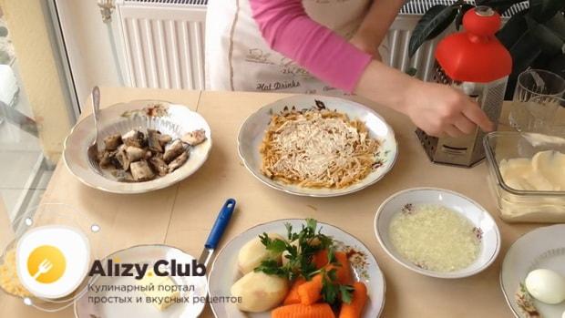 Для приготовления салата мимоза по классическому рецепту с сыром, натрите яблоки