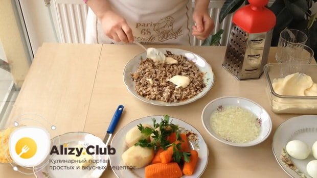 Для приготовления салата мимоза по классическому рецепту с сыром, выложите слой рыбы