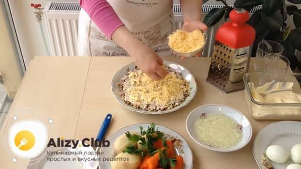 Для приготовления салата мимоза по классическому рецепту с сыром, натрите сыр
