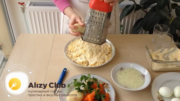 Для приготовления салата мимоза по классическому рецепту с сыром, натрите картофель