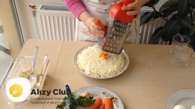 Для приготовления салата мимоза по классическому рецепту с сыром, натрите морковь