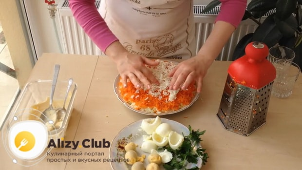Для приготовления салата мимоза по классическому рецепту с сыром, натрите яйца
