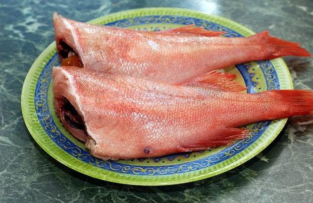 По рецепту для приготовления красного окуня, очистите рыбу