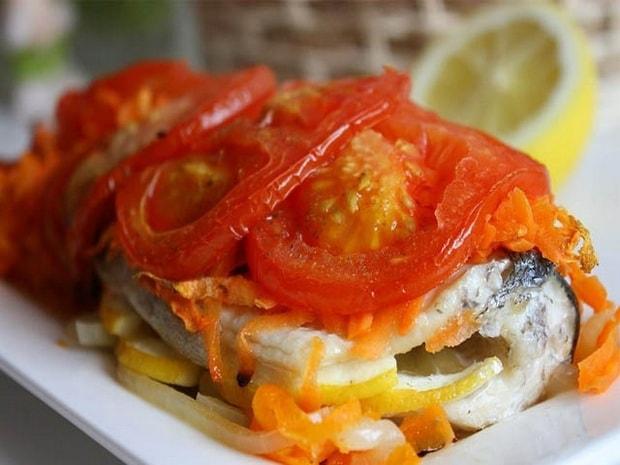 Вкусная скумбрия в духовке с картошкой приготовленная по пошаговому рецепту готова