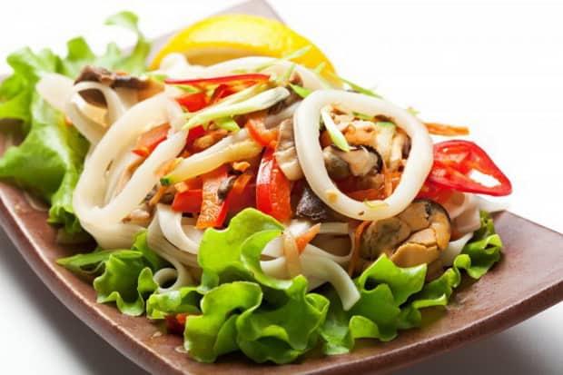 Как готовить салат из кальмаров простой и вкусный