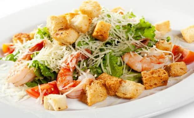 Как приготовить простой салат Цезарь с креветками по классическому рецепту с фото