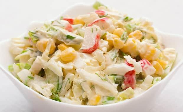 Как приготовить салат с крабовыми палочками и капустой по рецепту с фото