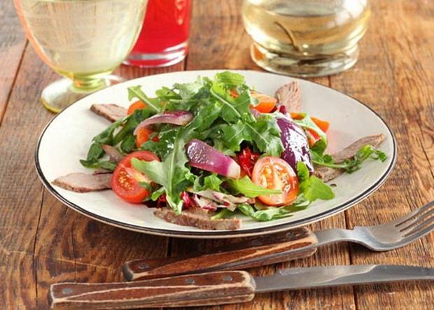 Вкусный салат с вареной говядиной готов