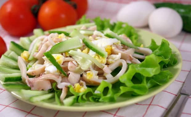 Пошаговый рецепт приготовления салата из огурцов, кальмаров и яиц
