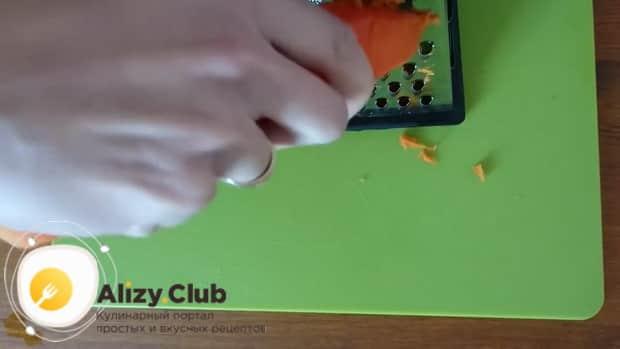 Для приготовления салата мимоза по классическому рецепту, натрите морковь