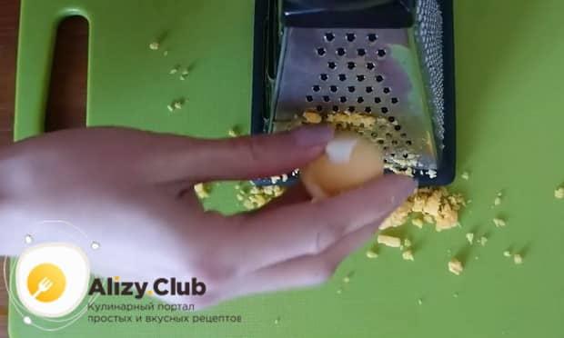 Для приготовления салата мимоза по классическому рецепту, натрите яйца