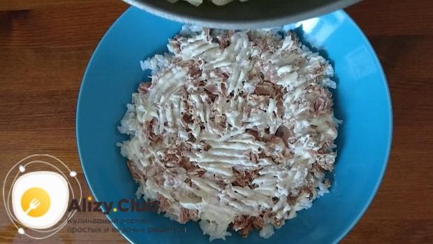 Для приготовления салата мимоза по классическому рецепту, выложите рыбу