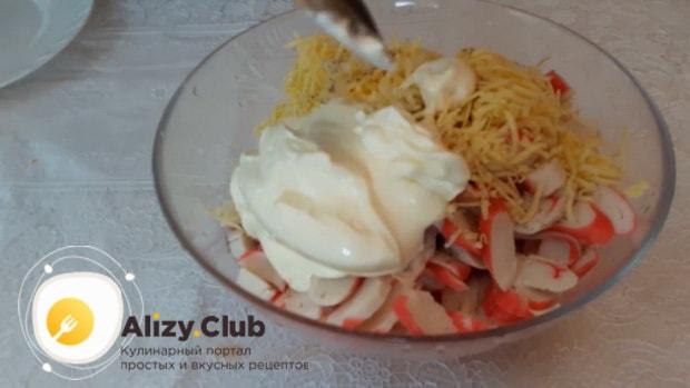 Для приготовления  крабового салата с помидорами. смешайте ингредиенты