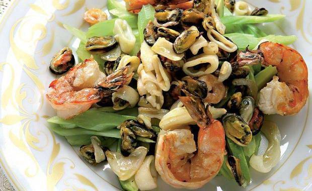 Пошаговый рецепт приготовления салата с морским коктейлем