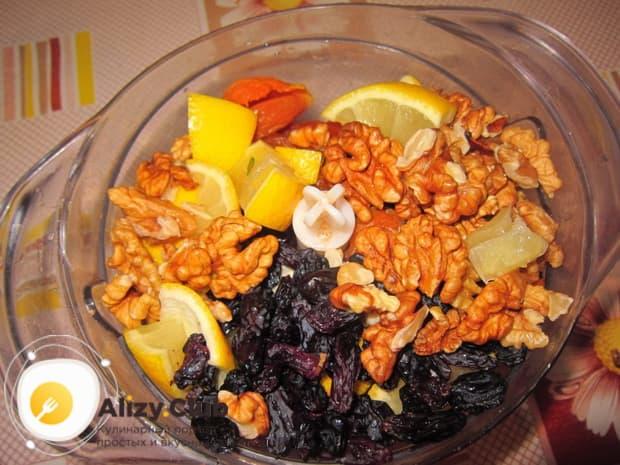 Сладкий салат с орехами, изюмом и сухофруктами