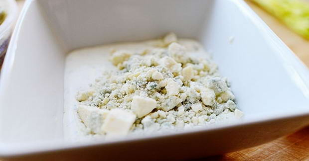 Разделить руками на небольшие кусочки 30 г сыра рикотта