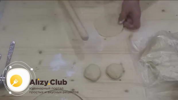 Раскатываем с помощью скалки каждый кусочек на круги
