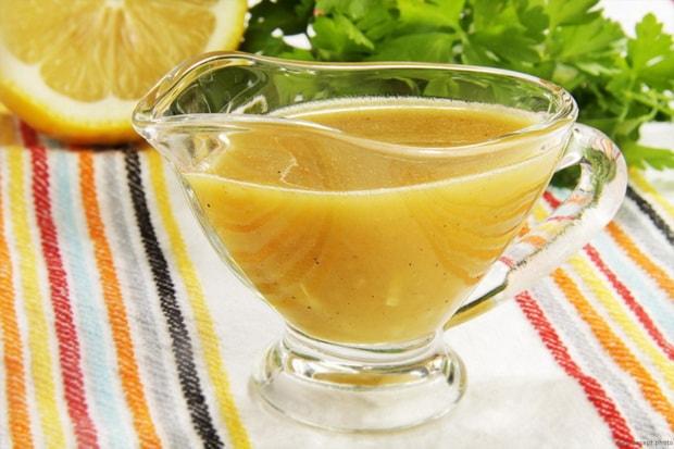 Для приготовления морковных оладьев с яблоками, приготовьте цитрусовый соус