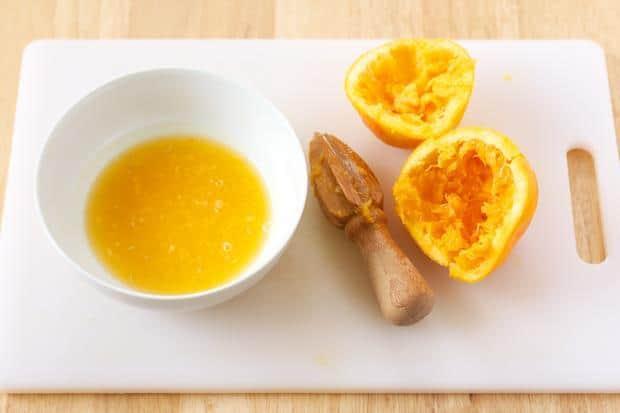 Для приготовления морковных оладьев с яблоками, приготовьте апельсиновый соус