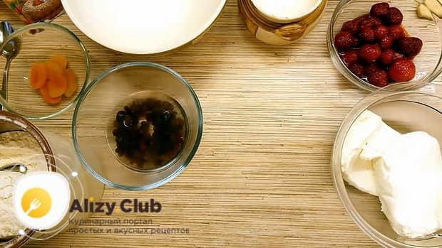 по рецепту для приготовления сырников из творога, замочите изюм