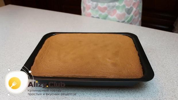 По рецепту для приготовления нежного десерта три молока, запеките корж