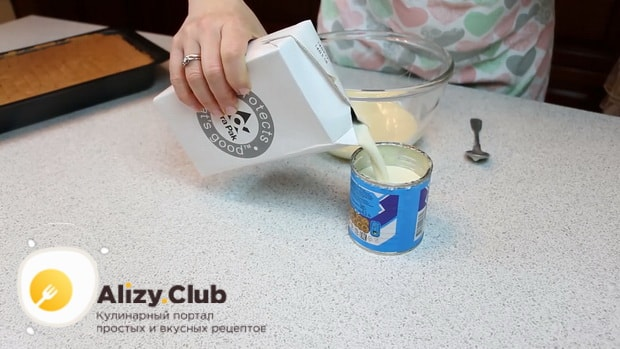 По рецепту для приготовления нежного десерта три молока, соедините молоко и сгущенку