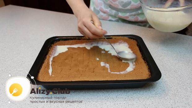 По рецепту для приготовления нежного десерта три молока, пропитайте корж