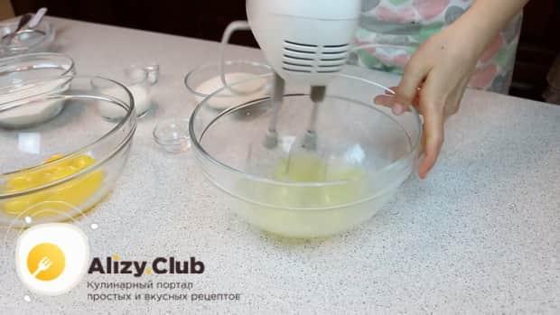 По рецепту для приготовления нежного десерта три молока, взбейте бельи