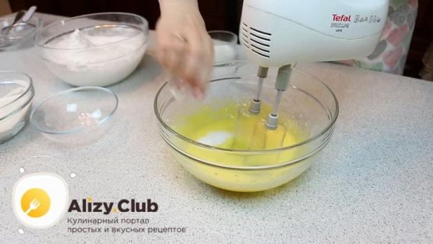 По рецепту для приготовления нежного десерта три молока, взбейте желтки