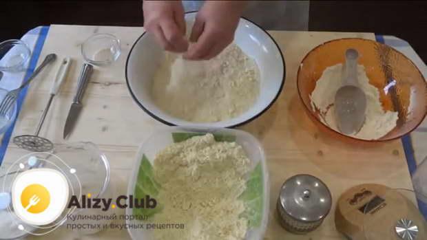 Небольшими порциями добавляйте крошку и замешивайте тесто