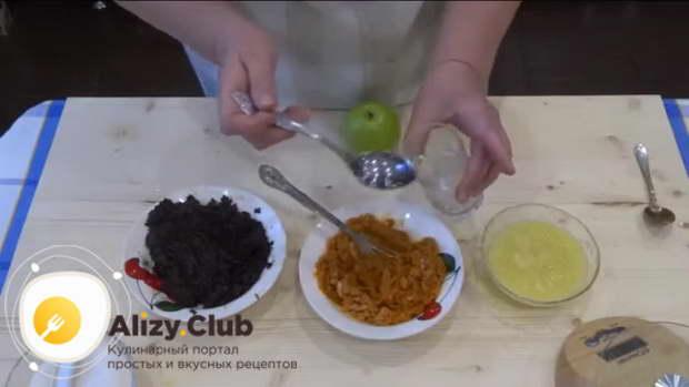 В курагу и чернослив добавьте по 3 ст. ложки кипяченой воды