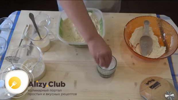 В приготовленную мучную крошку добавьте 2 щепотки соли