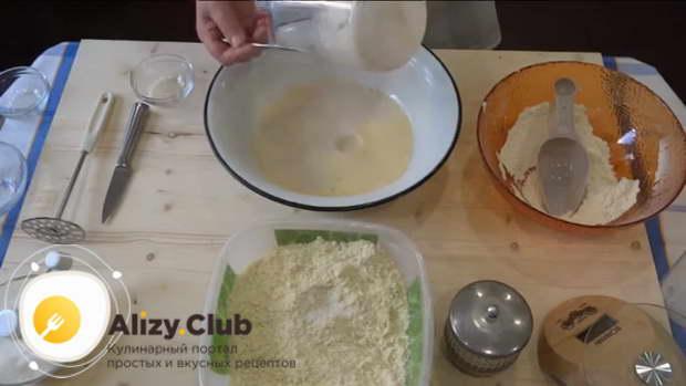 В большую глубокую миску влейте дрожжевую опару и молочно-желтковую смесь