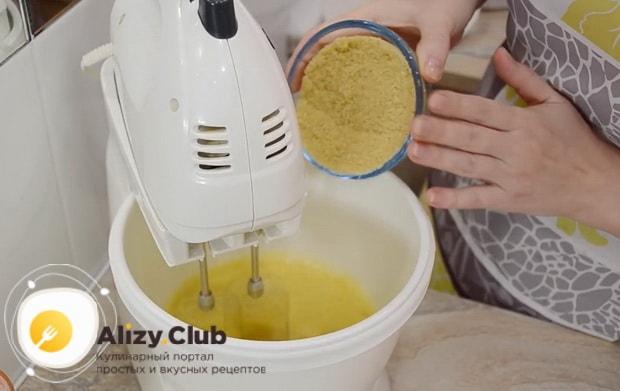 Для приготовления тыквенного пирога с медом и корицей взбейте яйца