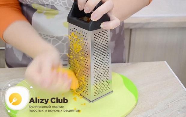 Для приготовления тыквенного пирога с медом и корицей натрите тыкву