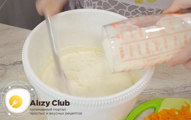 Для приготовления тыквенного пирога с медом и корицей добавьте муку