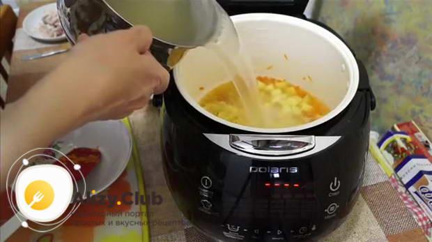 насыпать половину мультистакана вермишели и все залить 1,5 л куриного бульона