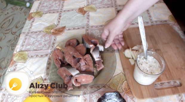 очистить и нарезать порционными кусочками одну горбушу