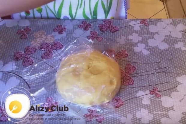 Заворачиваем тесто в пищевую пленку и кладем в холодильник.