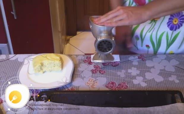 Отлежавшееся в холодильнике тесто делим на кусочки и закладываем их поочередно в мясорубку.